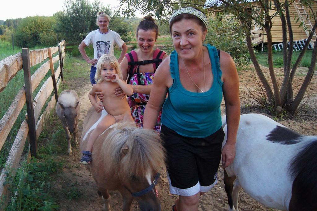 Специально обученные мини-лошади катают верхом детей весом до 30 килограммов